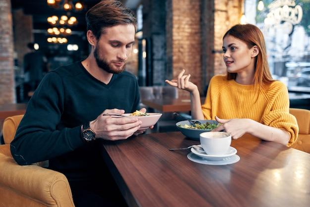 Małżeństwo w restauracji romantyczna kolacja komunikacja