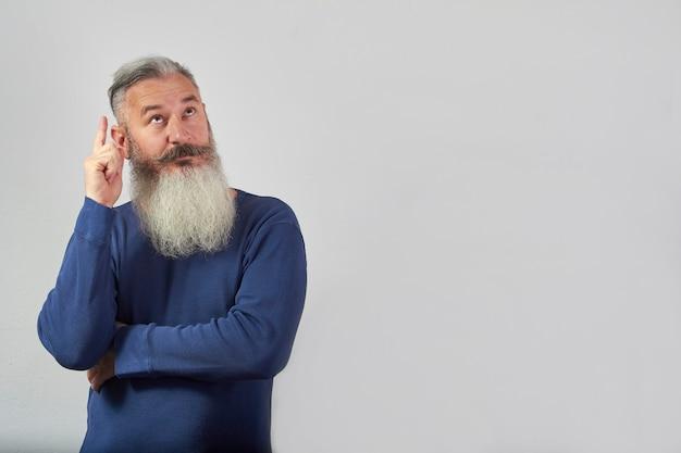 Mam pomysł, portret dojrzałego, siwego brodatego mężczyzny