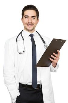 Mam wiadomości zdrowotne. pionowe studio strzał z przystojny lekarz posiadający schowek na białym tle