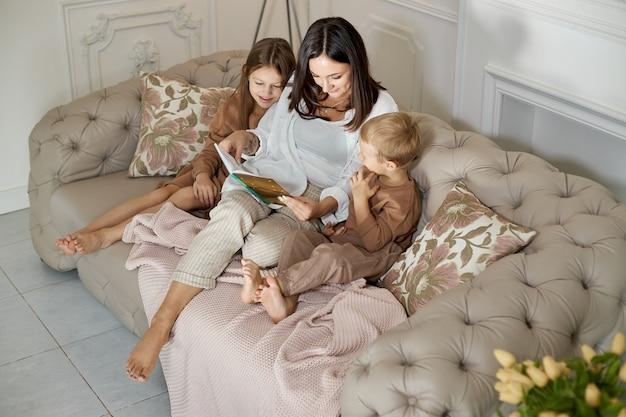 Mama czyta książkę dzieciom.