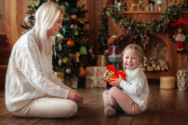 Mama daje prezent córce