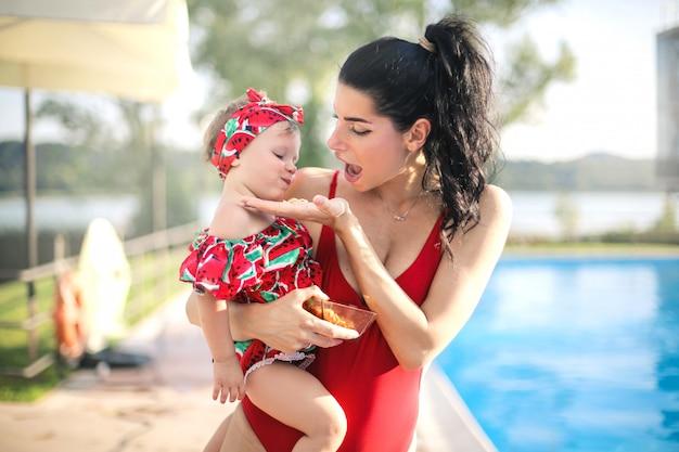 Mama daje przekąski córce