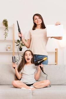 Mama falujące włosy dziewczyny w domu