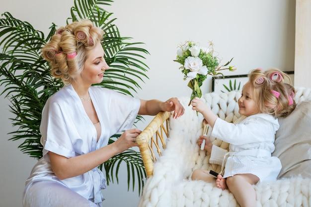 Mama i córeczka w lokówkach bawią się w makijażystów