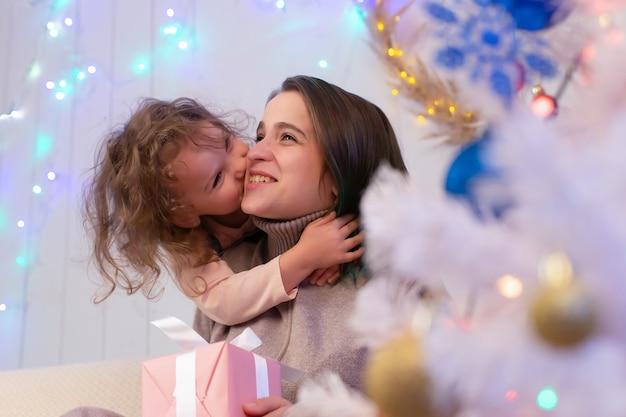 Mama i córka bawią się w boże narodzenie