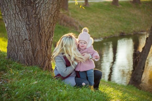 Mama i córka bawią się w jesiennym parku