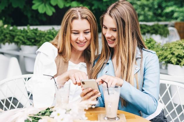 Mama i córka bawią się w kawiarni i rozmawiają