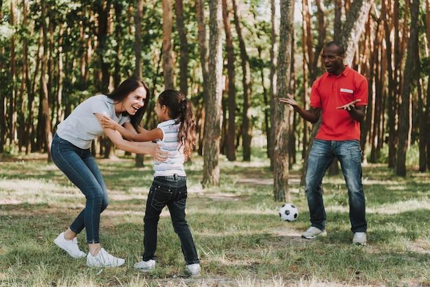 Mama i córka biją tatę w piłce nożnej.