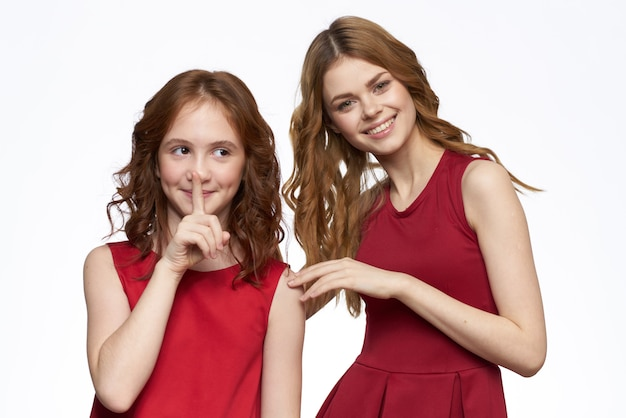 Mama i córka czerwona sukienka przytulają rodzinną radość przyjaźń