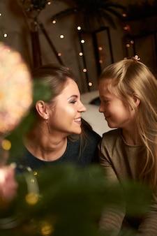 Mama i córka dotykają nosa