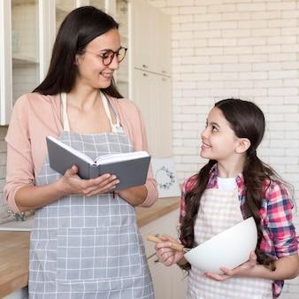 Mama i córka gotuje