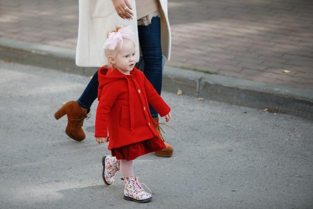 Mama i córka idą chodnikiem.
