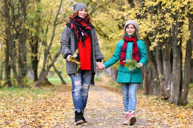 Mama i córka na spacerze po jesiennym parku jesienią