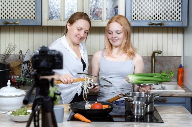 Mama i córka nagrywają zabawny program kulinarny