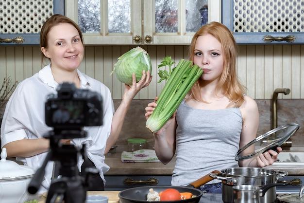 Mama I Córka Nagrywają Zabawny Program Kulinarny Premium Zdjęcia