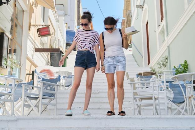 Mama i córka nastolatka spacery rozmawiać razem