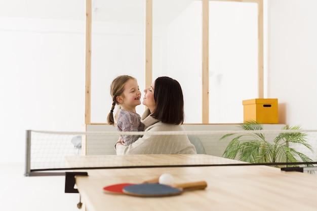 Mama i córka obejmując się