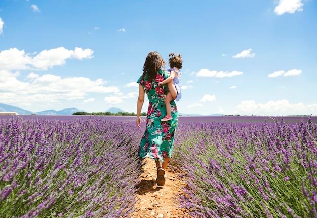 Mama i córka podróżują razem po morzu kwiatów