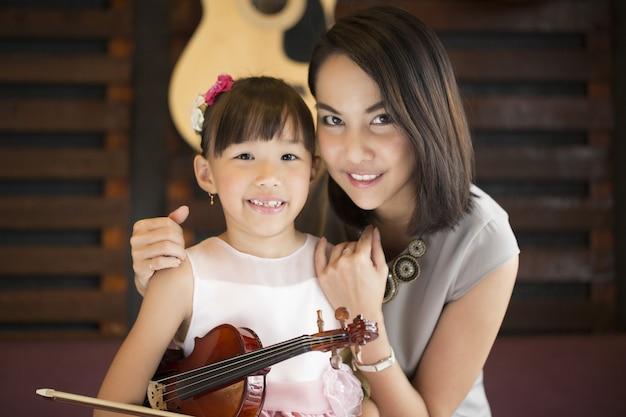 Mama i córka portret ze skrzypcami w szkole studio.