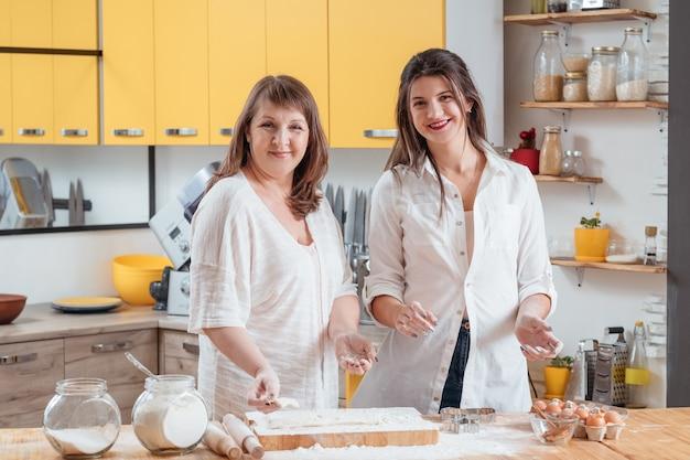 Mama i córka pozują w rodzinnej kuchni