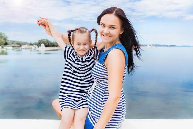 Mama i córka relaksujący się nad jeziorem