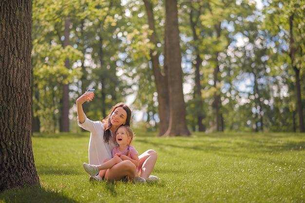 Mama i córka rozmawiają przez telefon z bliska