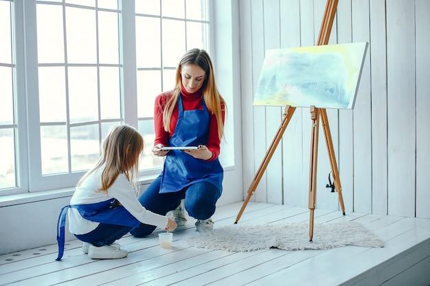 Mama i córka rysują