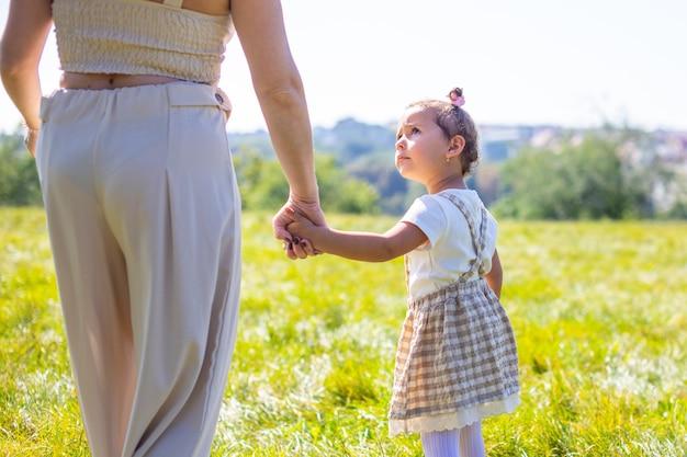 Mama i córka śmieją się i bawią w parku koncepcja szczęśliwej rodzinnej przyjaźni i miłości