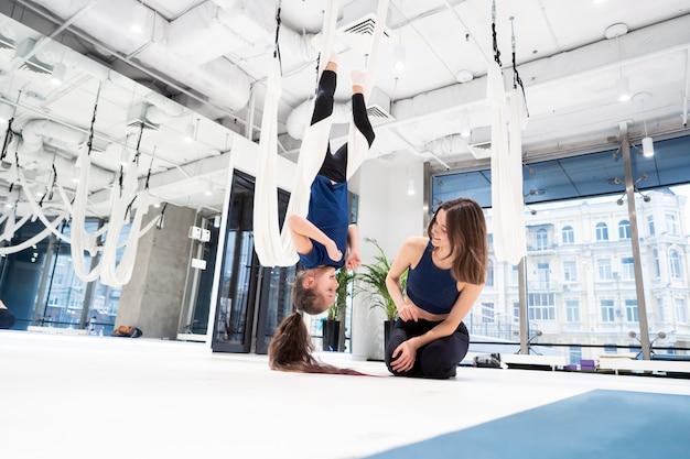 Mama i córka uprawiają jogę