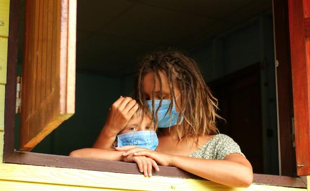 Mama i córka w kwarantannie maskują w domu w odosobnieniu
