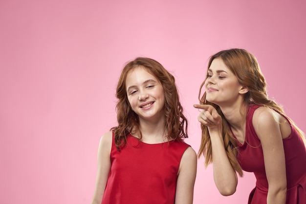 Mama i córka w pozowaniu studio zabawy i uśmiechu, szczęśliwa rodzina, dwie siostry