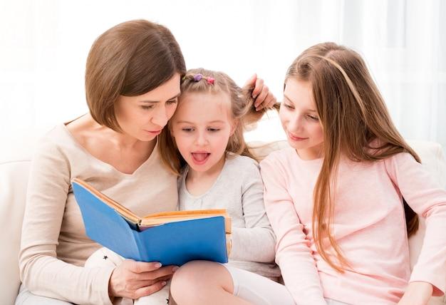 Mama i córki reaading książki dla dzieci