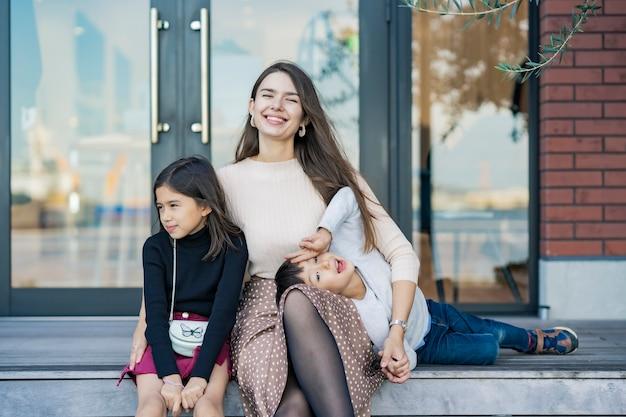 Mama i dzieci bawią się z uśmiechem na świeżym powietrzu