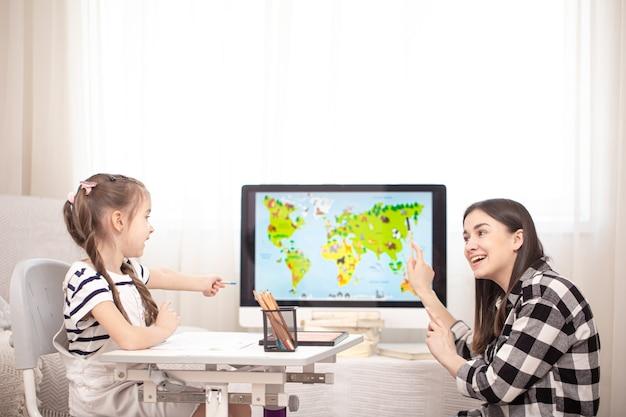 Mama i dziecko odrabiają lekcje z geografii za pomocą mapy. koncepcja domu i edukacji.