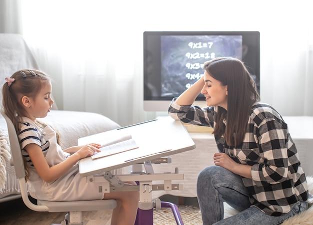 Mama i dziecko odrabiają lekcje z matematyki. koncepcja domu i edukacji.
