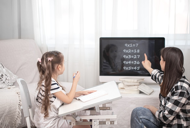 Mama i dziecko odrabiają lekcje z matematyki. nauka w domu i edukacja