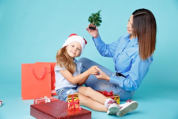 Mama i dziecko razem siedząc z prezentami