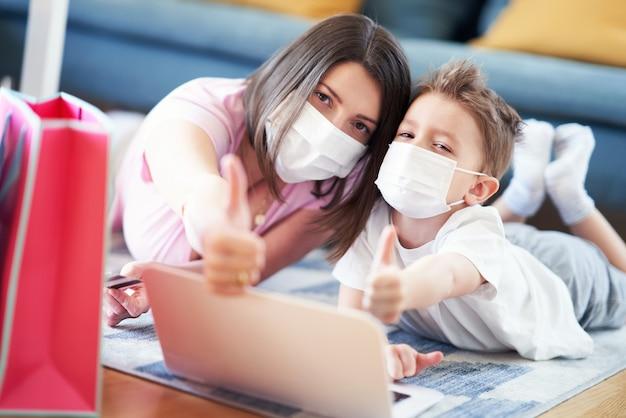 Mama i dziecko robią zakupy online podczas pandemii koronawirusa