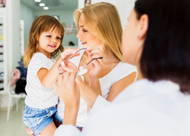Mama i dziewczyna w sklepie optyk