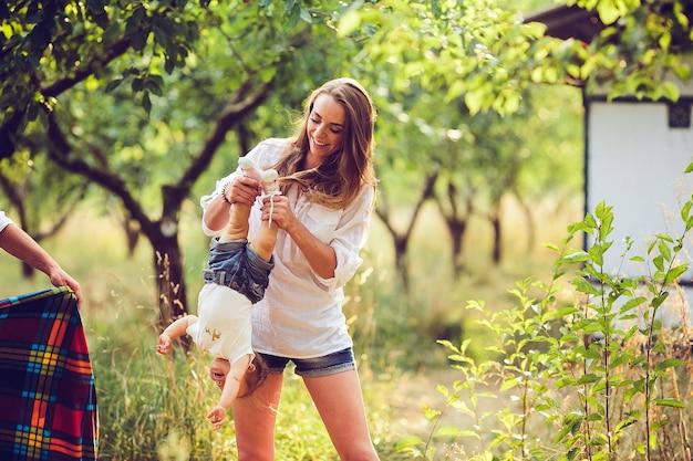 Mama i dziewczynka, zabawy w ogrodzie