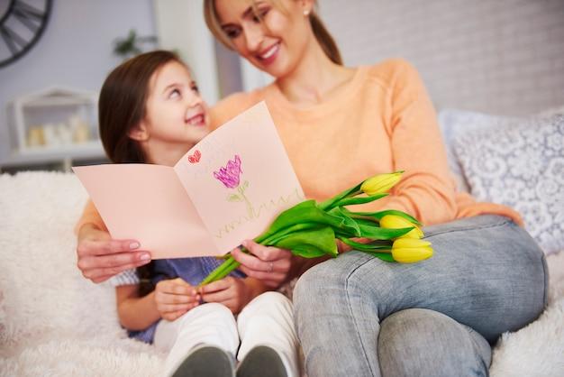 Mama i jej córka z kartką z życzeniami z okazji dnia matki