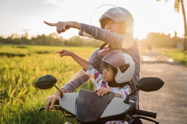 Mama i jej dziecko lubią jeździć na skuterze