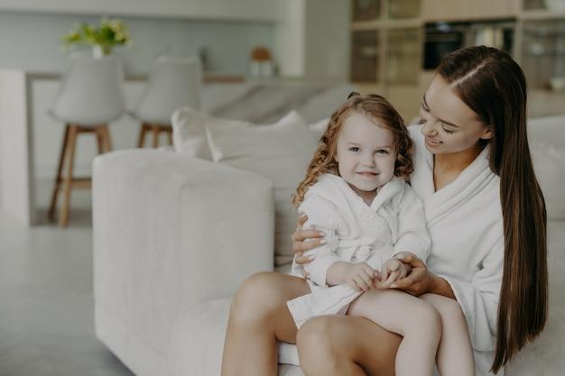 Mama i mała dziewczynka w domu po wzięciu prysznica