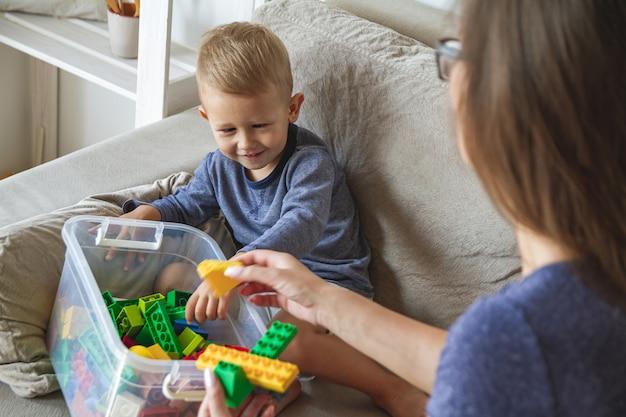 Mama i syn bawią się razem, budując zabawki