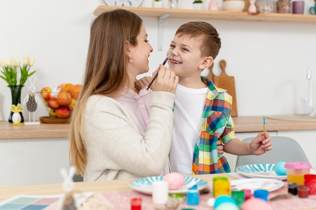 Mama i syn maluje jajka na wielkanoc