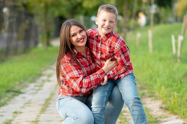 Mama i syn na torze w parku podczas chodzenia. w dowolnym celu.