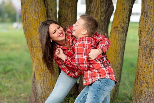 Mama i syn oddają się, śmiejąc się wesoło. w dowolnym celu.