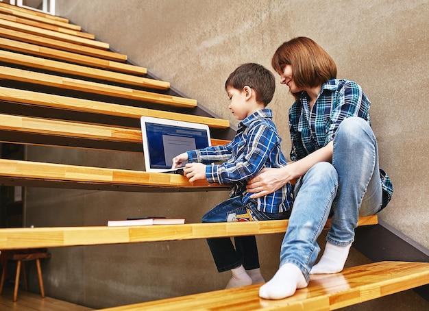 Mama i syn odrabiają lekcje na komputerze