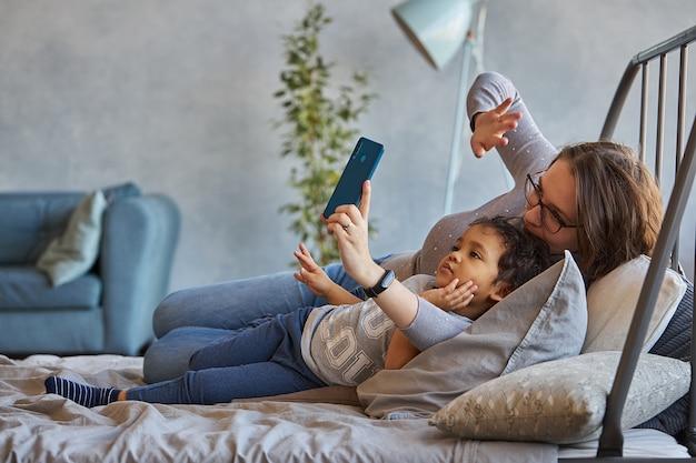 Mama i syn rozmawiają przez łącze wideo w telefonie