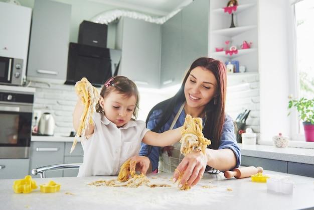 Mama kochająca piekarnik za córkę ciasteczka.